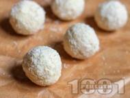 Рецепта Здравословни вегетариански бонбони рафаело с кокосово мляко, кокосови стърготини и кленов сироп